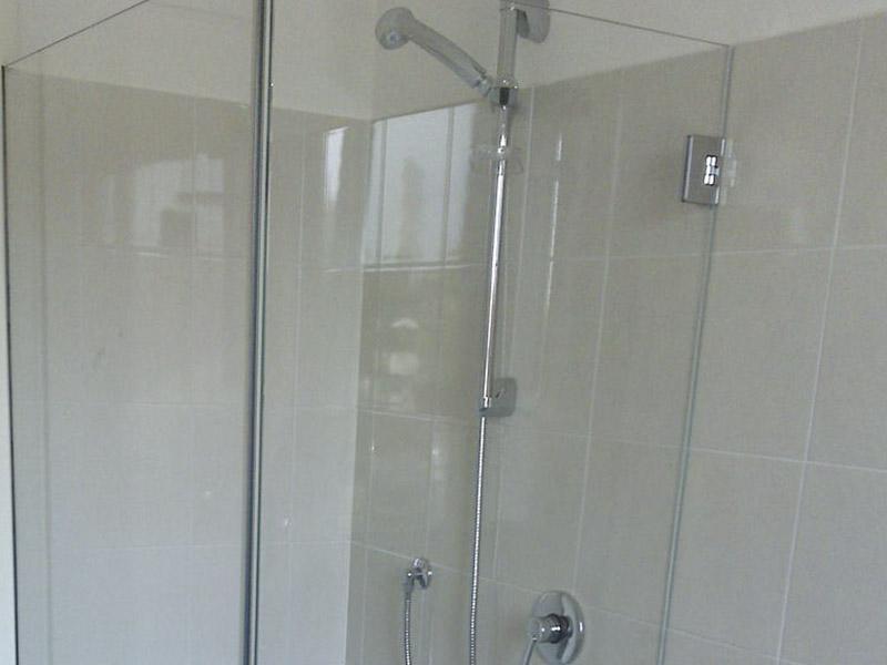 Box doccia in vetro satinato porte vetro satinato bagno for Vetro sintetico su misura